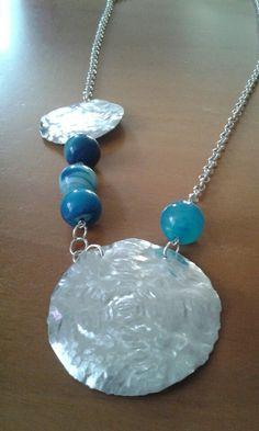 Collana in alluminio martellato e pietre screziate azzurre