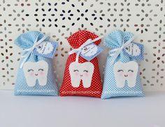 Diş buğdayı partilerinde dağıtılması için hazırladığım keçeden dolgulu ve dolgusuz taçlı dişlerin yanına aynı konsepte bir lavanta kesesi modeli hazırladım. Keçeden diş figürünü lavanta kesesine uygulayarak keçenin sevimliliği ile lavanta kesesini birleştirmiş oldum. Diş buğdayı günlerinde lavanta kesesi dağıtmak isteyen anneler için güzel bir alternatif oldu.