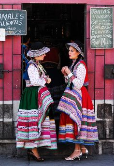 Ladies in colorful traditional Peruvian dress. Peruvian People, Peruvian Women, Peruvian Art, Folk Clothing, Historical Clothing, Ethnic Fashion, Colorful Fashion, Moda Peru, Peruvian Textiles