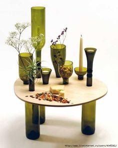 Base com garrafa de vidro. Arte, mobiliário e reutilização de materiais.