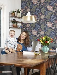 Wallpaper Sandberg Brunnsnäs Fotograf Jonas Gustavsson Morris Tapet, Kids Room, New Homes, Dining Room, Lounge, Ceiling Lights, Wallpaper, Bedroom, Inspiration