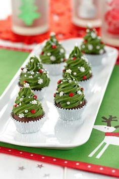 Cadbury Christmas Tree Mini Mud Cake Recipe or mini cupcake/frost Christmas Tree Cupcakes, Christmas Sweets, Christmas Cooking, Christmas Goodies, Christmas Cupcakes Decoration, Holiday Cupcakes, Xmas Tree, Winter Cupcakes, Christmas Chocolate
