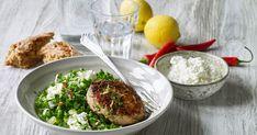 Saftige hakkebøffer af kylling serveret med en sprød ærtesalat, der får et ekstra krydret pift af en gremolata af persille, hvidløg og citron.