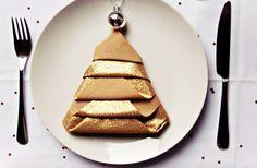 Les pliages de serviettes, c'est pas toujours facile ! Aimee, du super blog Clones N Clowns, vous aide avec trois idées simples comme tout. Ça y est, les cadeaux sont faits et la liste des courses est écrite ? Et la table alors, vous y pensez ? Ça sert à rien de servir un bon gros [...] Kitsch, Deco Table, Courses, Aide, Winter Christmas, Clowns, Comme, Ethnic Recipes, Diy Decorating
