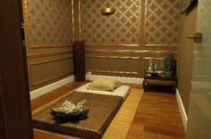 Salon masażu tajskiego, pokój jednoosobowy. Masaż tajski łączy najlepsze elementy z orientalnych technik relaksacyjno–leczniczych. Jeśli dołączymy do nich współcześnie nam znane techniki wspomagające oraz stymulujące działanie relaksacyjne, takie jak aromaterapia, czy muzykoterapia, uzyskamy bardzo skuteczne narzędzie do walki z bólem, stresem oraz przemęczeniem.