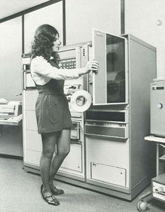 Computer operator mounting a tape on the tape drive | Webdesign | Construção de…