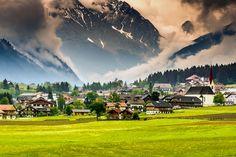 14 vilarejos na Itália para você viajar no tempo   Viagem Livre -Colfosco (Trentino Alto Adige) -A aldeia fica no ponto mais alto de Alta Badia, a aproximadamente 1645 metros de altura. Desde 1928, faz parte da cidade de Corvara. Localizada no coração das Dolomitas e nas encostas de Sella, se renova a cada estação. No inverno, suas montanhas cobertas por neve se transformam em pistas de esqui, enquanto no verão os passeios e as pescarias estão são as atividades mais disputadas entre os…