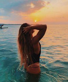 How to Take Good Beach Photos Beach Photography Poses, Beach Poses, Summer Photography, Poses On The Beach, Fashion Photography, Cute Beach Pictures, Tumblr Summer Pictures, Beach Instagram Pictures, Bikini Pictures