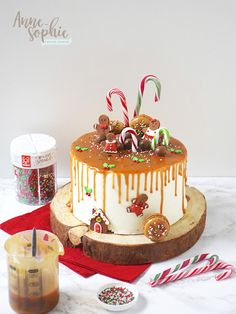 A delicious cake apple / cinnamon very mellow, caramel salted butter house, and a nice decor: Here are the drip Christmas cake! Christmas Themed Cake, Christmas Desserts, Drip Cakes, Holiday Baking, Christmas Baking, Chocolate Hazelnut Cake, Novelty Birthday Cakes, Cake Recipes From Scratch, Homemade Cake Recipes