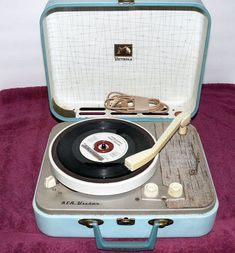 34 Things If You Grew Up in the or - Your record player looked like… My Childhood Memories, Great Memories, School Memories, Portable Record Player, Vintage Toys, Retro Vintage, Retro Toys, Record Players, My Memory