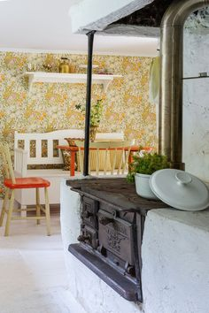 Den gamla inmurade gjutjärnsspisen fungerar utmärkt. Iköket sitter också en handtryckt William Morris-tapet från sekelskiftet som Patrik fick av sin förra arbetsgivare, Björklund & Wingqvist.