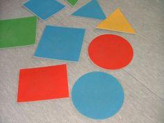 """Mathematik Spiele für Kinder schon im Kindergartenalter! Spiel in Bewegung, die das Lernen so """"nebenbei"""" möglich machen. Material: Wäscheklammern, Spielkarten Formen bunt Alter: ab 4 Jahre Anleitung: Jedes Kind bekommt mit Hilfe der Wäscheklammer eine Form an das T-Shirt geheftet. 1 Kind steht alleine mit großem Abstand gegenüber den anderen Kindern. Diese rufen:"""" Formensammler, wer…"""