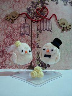 Os topos de bolos são feitos artesanalmente em crochê.  Você pode optar por mudar a cor do buquê, cor da flor que acompanha o véu e do chapéu juntamente com a gravata.  As medias são aproximadas.  INFORMAMOS QUE POR FALTA DE OPÇÕES DO FORNECEDOR AS BASES DOS TOPOS DE BOLOS DOS NOIVINHOS PODEM VIR DIFERENTE DAS FOTOS. COMO EXEMPLO FORMATO DE CORAÇÃO, REDONDA OU RETANGULAR.  QUALQUER DÚVIDA, SÓ ENTRAR EM CONTATO NA COLUNA AO LADO NA ABA CONTATAR VENDEDOR.  ATENCIOSAMENTE. R$ 200,00