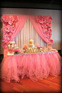 decoracion-de-mesa-de-postres-acompañado-con-flores-en-colores-rosas