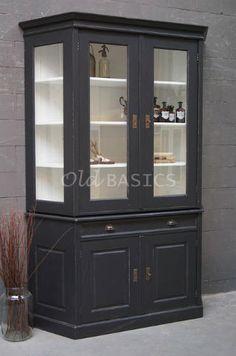 Vitrinekast 10094 (M) - Op maat gemaakte vitrinekast met schuine zijdes. De stijlvolle kast bestaat uit twee delen. De onderkast is 90 centimeter hoog. Met een legplank achter de dichte deuren. In een donkergrijze kleur.