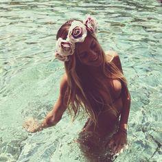 OOoooohhh I want flower-headbands for this summer. It's such a cute look.