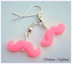 Boucles d'oreilles `Moustache`. montées sur des supports a crochets Métal argenté : Boucles d'oreille par perles-et-couronnes