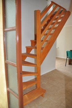 Escalera en madera de roble con pasos alternos http www for Closet en escaleras