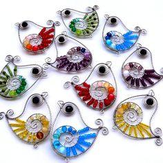 Dráťáci Drátovaní ptáčci z nerezového drátku, plastových a skleněných korálků. Výška cca 7 cm. V nabídce je od každé barvy jeden kus. Uvedená cena je za jeden kus.