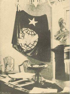 A 14 de Junho de 1910, no crepúsculo da Monarquia Portuguesa, a Maçonaria constitui a comissão de resistência, encarregada de colaborar com a Carbonária. SALA DA COMISSÃO DE RESISTÊNCIA DA MAÇONARIA - Sala de visitas de José de Castro, onde se reuniu pela primeira vez a Comissão de Resistência da Maçonaria. Ao fundo, a bandeira da Carbonária Portuguesa e um busto da República. Fundo: Arquivo Mário Soares - Fotografias da Exposição Permanente.