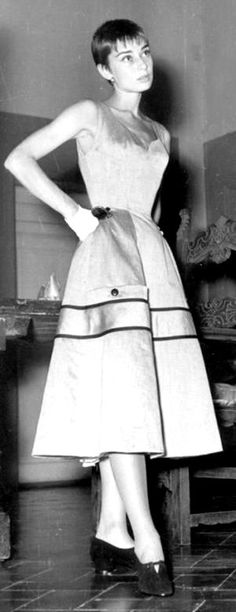 Audrey Hepburn, very slim waist (corset shaped i expect, though was slender anyway) - from long locks (a few photos) to really short hair - had to cut her hair for some films. Audrey Hepburn Outfit, Audrey Hepburn Born, Most Beautiful Women, Beautiful People, Viejo Hollywood, Vestidos Vintage, Fair Lady, Golden Age Of Hollywood, Style And Grace
