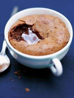 Zachte chocoladetaartjes in een kopje
