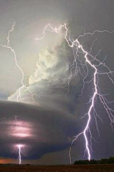 Supercell Lightning storm has come . It might be difficult to go through the rain while avoiding lightning . Find shelter now All Nature, Science And Nature, Amazing Nature, Nature Pictures, Cool Pictures, Cool Photos, Tornados, Thunderstorms, Thunderstorm Clouds