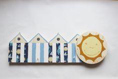 Appendiabiti in legno per camerette con quattro cabine balneari e quattro ganci e un grande sole sorridente di IlluminoHomeIdeas su Etsy