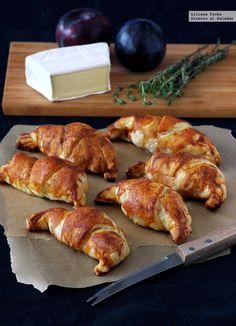 Croissants de hojaldre rellenos de lacón, brie y ciruela. Directo al paladar