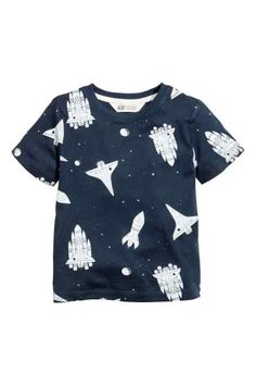 From basic to bold, we have boys' tops and t-shirts in all kinds of styles and a wealth of colourful prints. Baby Shirts, Kids Shirts, T Shirts, Fashion Kids, Fashion Clothes, Baby Boy Outfits, Kids Outfits, Stylish Summer Outfits, Kind Mode
