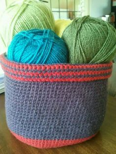 A fab and easy little yarn basket. I need a huge one!