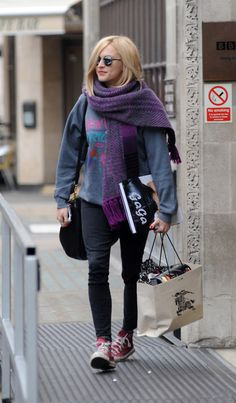 Fearne Cotton- Red convos, Black jeans, Baggy jumper and big scarf. Cotton Pictures, Fearne Cotton, Gamine Style, Cotton Jumper, Love Her Style, Cotton Style, Dresscode, Daily Fashion, Mantel