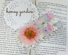ピンクのガーベラ、パープル、水色、ピンク色の紫陽花と小花を使ったiPhone6用のケースです♡ハードケースカラー:クリアレジンで本物の押し花を埋め込んでます。|ハンドメイド、手作り、手仕事品の通販・販売・購入ならCreema。