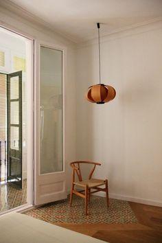 Alfombra hecha con baldosa hidráulica antigua y combinada con madera.