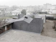 Wiggly House, geometry as protection