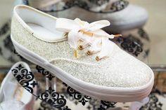 Tenis para novia AIDU & KEDS blancos con glitter de edición limitada, también excelentes para quinceañeras.