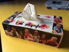 foto's van de kinderen met tuin achtergrond, doosje tissues, afscheid van de juf