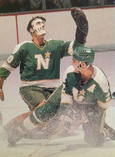 An old picture looks like it's Ceaser is the goalie, North Stars as they where called one time. Ice Hockey Rink, Hockey Goalie, Hockey Games, Hockey Players, Minnesota North Stars, Minnesota Wild, Wild North, Stars Hockey, Goalie Mask