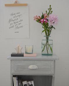 Transformar un dormitorio con muebles de algarrobo con una suave pátina gris / Vero Palazzo - Home Deco Muebles Shabby Chic, Vintage Farm, Floating Nightstand, Chalk Paint, Table, Room, Painting, Furniture, Home Decor
