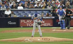 【MLB】パドレス戦でメジャー初登板を前に、胸に手を当てるドジャース・前田=6日、サンディエゴ(共同)
