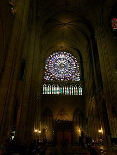 La gran vidriera en Notre Dame en Paris tiene muchos detales cuales son muy intricados. Esta no tiene historias de la biblia pero tiene sentidos religiosos en los imágenes. La arquitectura es diferente de otras iglesias porque la vidriera es la punta focal y en otras las vidrieras son acentos y hay muchas no solo una punta focal.