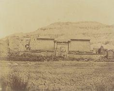 1849-1850 - Thèbes : propylées du palais de Medinet-habou. Photographe : Maxime Du Camp