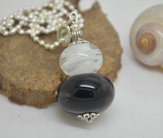 collier 60 cm perles verre filé au chalumeau noir et blanc. chaine argent 925 collier rose : Collier par liloo-creations