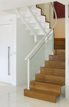 Com degraus de peroba-mica e estrutura de alumínio com pintura eletrostática branca, a escada faz parte do projeto original do apartamento na Barra da Tijuca, Rio de Janeiro.