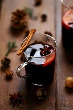 Mulled wine with spices A sun lunch Alcoholic Desserts, Cocktail Desserts, Dessert Drinks, Holiday Desserts, Cocktail Drinks, Fun Drinks, Yummy Drinks, Sweet Cocktails, Refreshing Cocktails