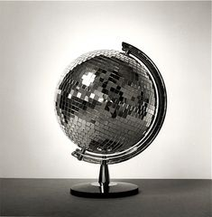 Blue Velvet Chair: Globe-al Recycling: 20 Projects to DIY. Disco globe + flashlight = hours of entertainment with the cat. Blue Velvet Chairs, Old Globe, Globe Art, Do It Yourself Inspiration, Design Inspiration, Creative Inspiration, Mirror Ball, Diy Mirror, We Are The World