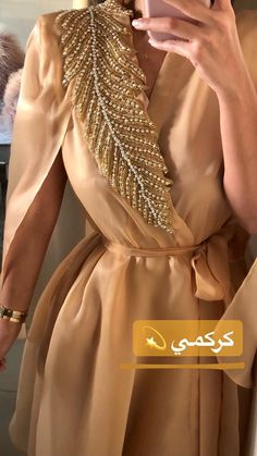 Abaya Style 708120741385751368 - Source by ladyaugust Arab Fashion, Muslim Fashion, Modest Fashion, Look Fashion, Fashion Dresses, Fashion Clothes, Fashion Design, Mode Abaya, Mode Hijab