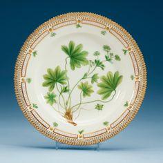 A SET OF 15 ROYAL COPENHAGEN 'FLORA DANICA' DINNER PLATES, DENMARK 20TH CENTURY.