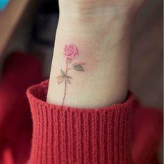 Detalhe no punho. 🌷 . . . . . #tatuagemfeminina #tatuagembrasil #tattoofeminina #tatuagemdelicada #tattoodesign #minimalisttattoo #inked #traçofino #finelinetattoo #tattoobrasil #arte #artenapele #tattooinspiration #wowtattoo #linework #inklife #tattoolife #tattooed #tattooart #tattooartmagazine #tatuaje #tattoostyle  #smalltattoo #tatuagempequena  #flowertattoo #tattooidea #cttoo