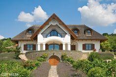 A régi udvarházak klasszicista stílusát idézi a Balaton-felvidéki nádfedeles ház, amely egy háromgyerekes család második otthonául szolgál.